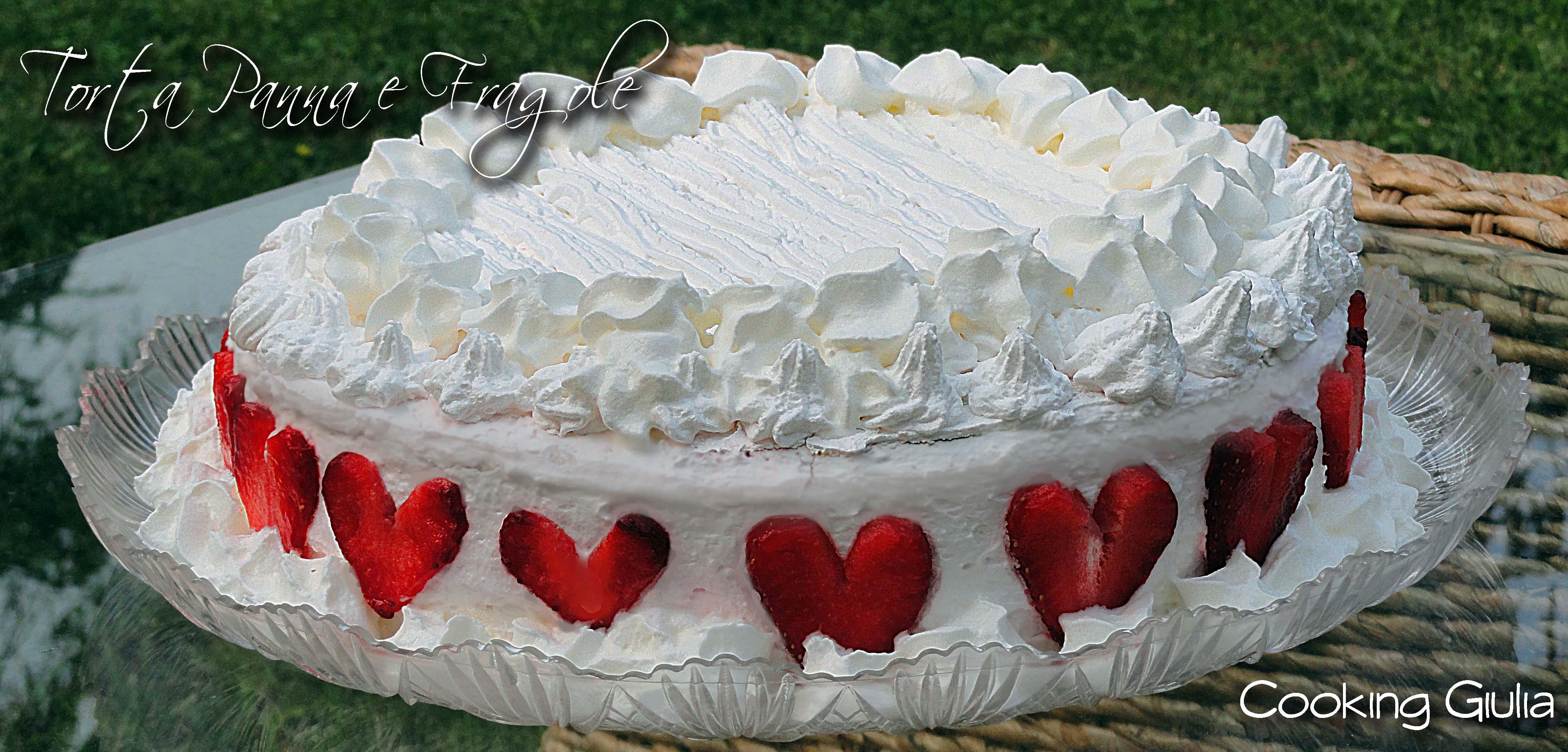 Torta panna e fragole con pan di spagna for Decorazioni torte con fragole e cioccolato