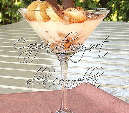 Coppa di yogurt con cannella, cereali e banana