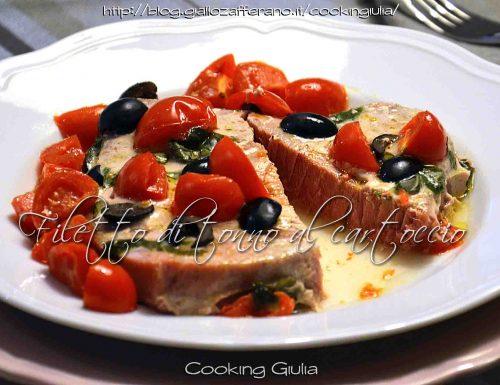 Filetto di tonno al cartoccio con pomodorini, olive nere e basilico fresco