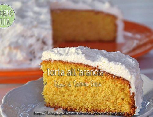 Torta con arancia frullata ricoperta di panna (tipo Pan d'Arancio)