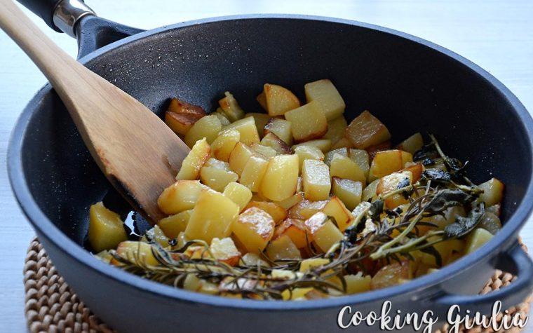 Patate in padella alle erbe aromatiche