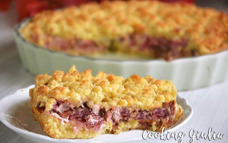 Torta sbriciolata con fragole, ricotta e scaglie di cioccolato