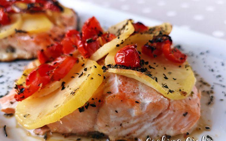 Salmone in crosta di patate con pomodorini datterini