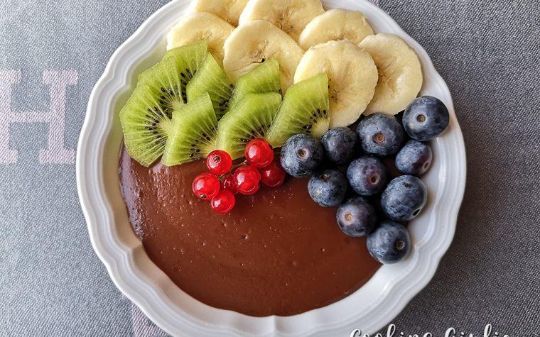 Budino al cacao con frutta fresca (ricetta per bambini)