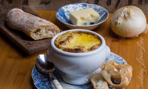 Soupe à l'oignon (zuppa di cipolle francese)