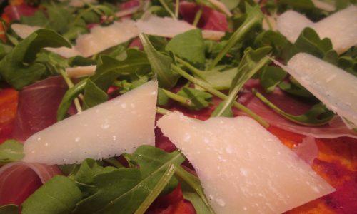 Pizza al kamut con crudo, rucola e grana