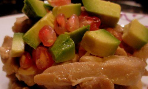 Pollo con melograno e avocado