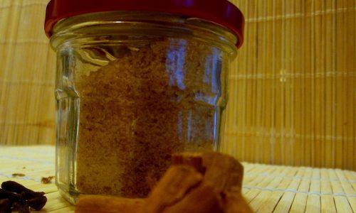 Zucchero di canna aromatizzato alla cannella e chiodi di garofano