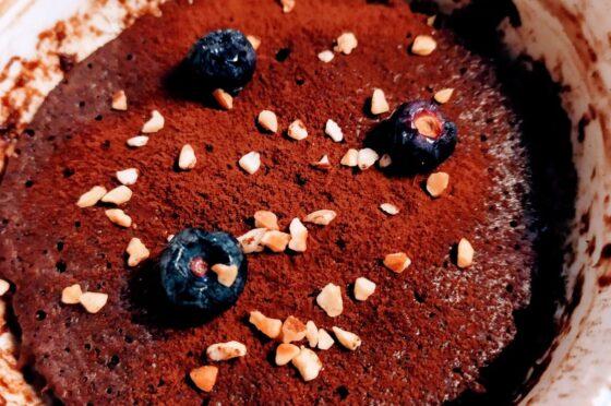Torta in tazza mirtilli e cioccolato
