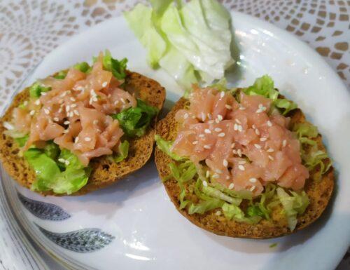 Crostini con tartare di salmone e piadina salmone e mozzarella