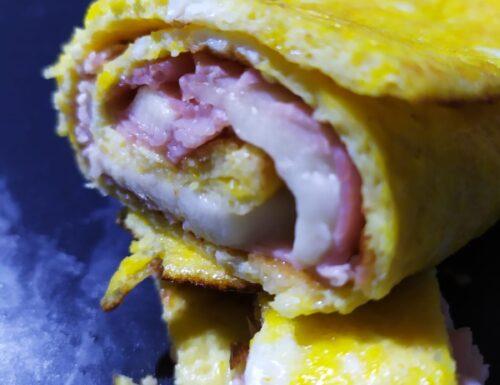 Rotolo di uova fresche ripieno di prosciutto cotto e mozzarella