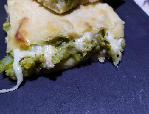 Focaccia ripiena ai broccoletti, formaggio e prosciutto