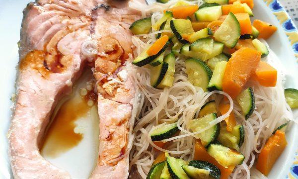 Salmone con spaghetti di riso saltati con le verdure