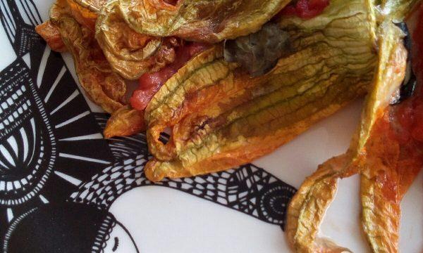 Fiori di zucca ripieni con acciuga cotti al forno