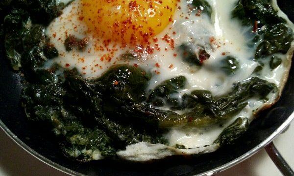 Uova al tegamino con spinaci e polvere di pomodoro