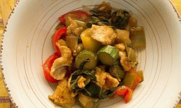 Straccetti di pollo, pak choi e verdure miste alla soia e zenzero
