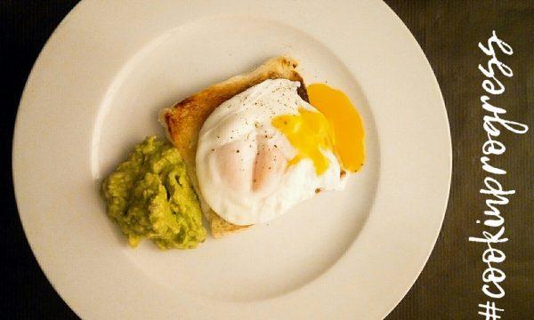 Uovo in camicia o uovo Poché su pane tostato con crema di avocado