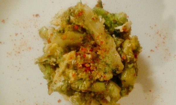 Broccoli strapazzati con uova e polvere di peperone