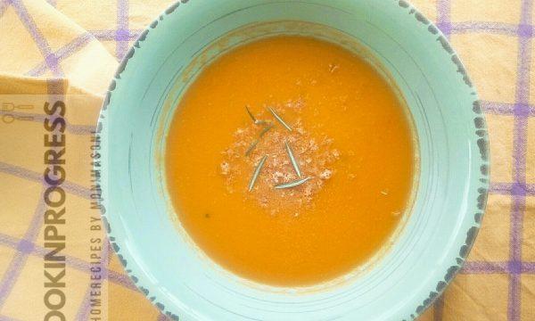 Vellutata di zucca rosmarino e briciole di amaretti
