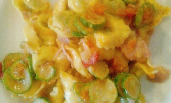 Tortelli ricotta e spinaci con prosciutto e zucchine