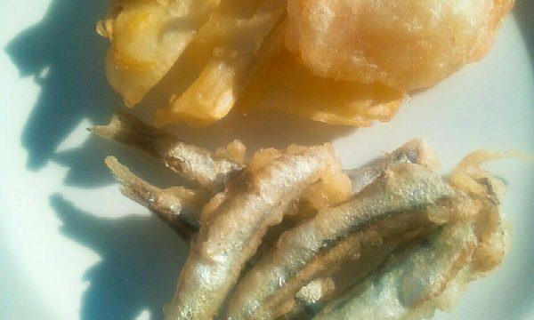 Tempura di acciughe e chips di verdure