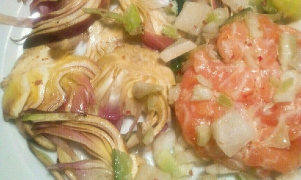 San Valentino con Tartare di salmone su carpaccio di carciofi