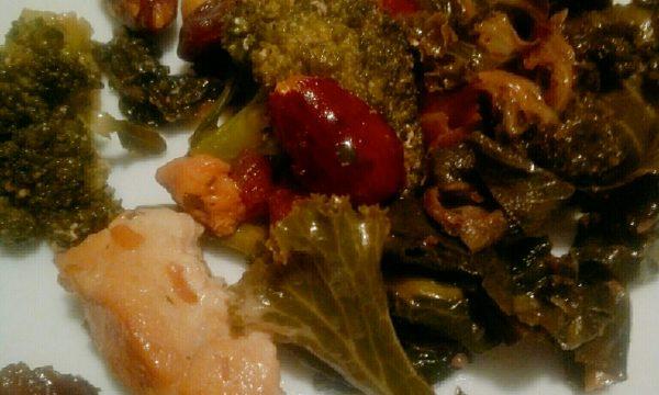 Padellata di pollo, kale, broccoli, mandorle, nocciole e uvetta