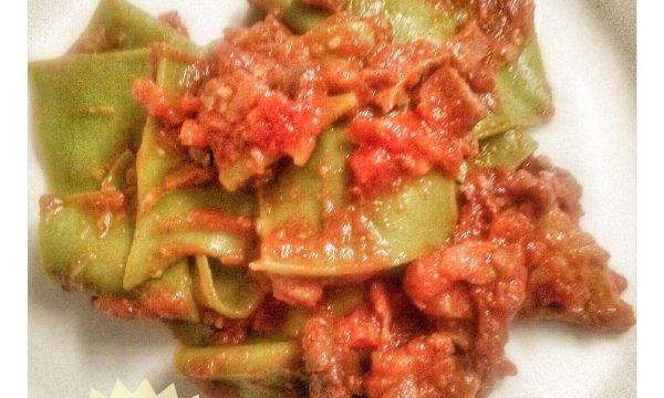 Straccetti verdi di pasta fresca con ragù di carne e funghi secchi
