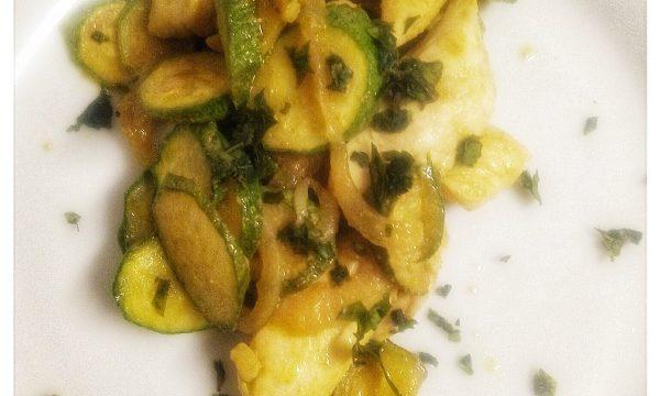 Petto di pollo fusion con zucchine, cipolla e curry