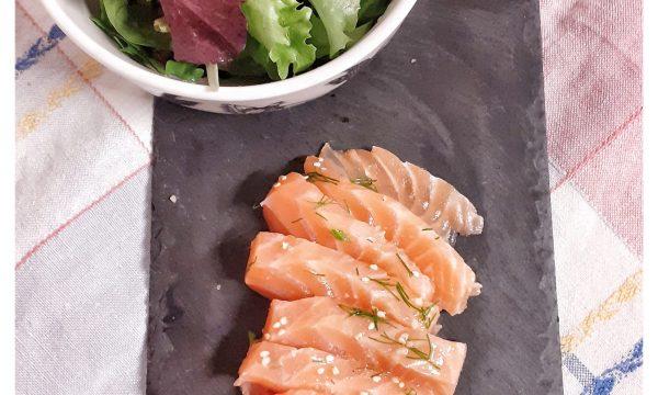 Raw food: salmone leggermente affumicato marinato e servito senza cottura