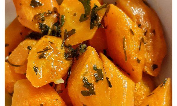 Contorno di carote al tegame con prezzemolo