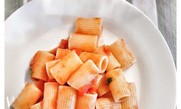 Mezze Maniche al sugo di pomodorini e basilico a crudo