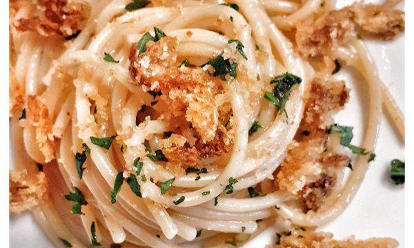 Spaghettoni con acciughe, fiori di zucca e briciole
