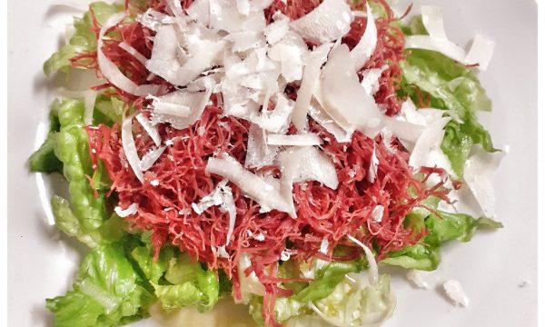 Sfilacci di cavallo con insalata e parmigiano
