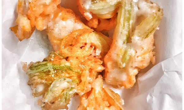 Fiori di zucca ripieni e fritti alla campana