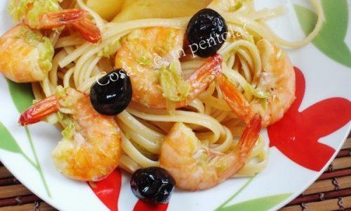 Linguine profumate al brandy con gamberetti, zucchine e olive nere