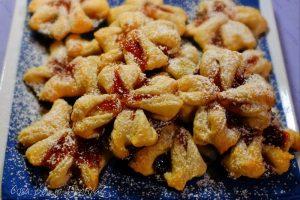 Fiori ripieni, marmellata alle fragole e fragoline di bosco