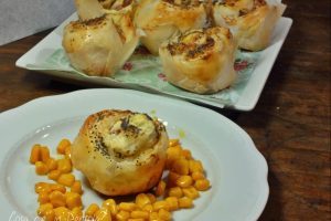 Rose cremose di pasta sfoglia e pancetta