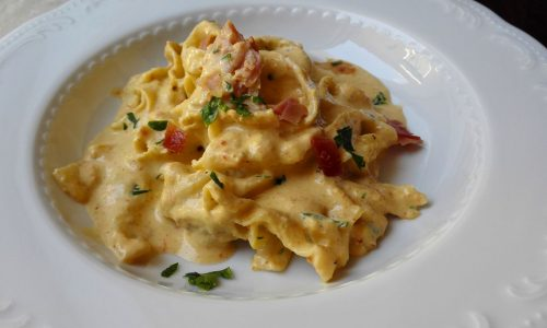 Fettuccine fatte in casa, salsa ai peperoni e speck croccante