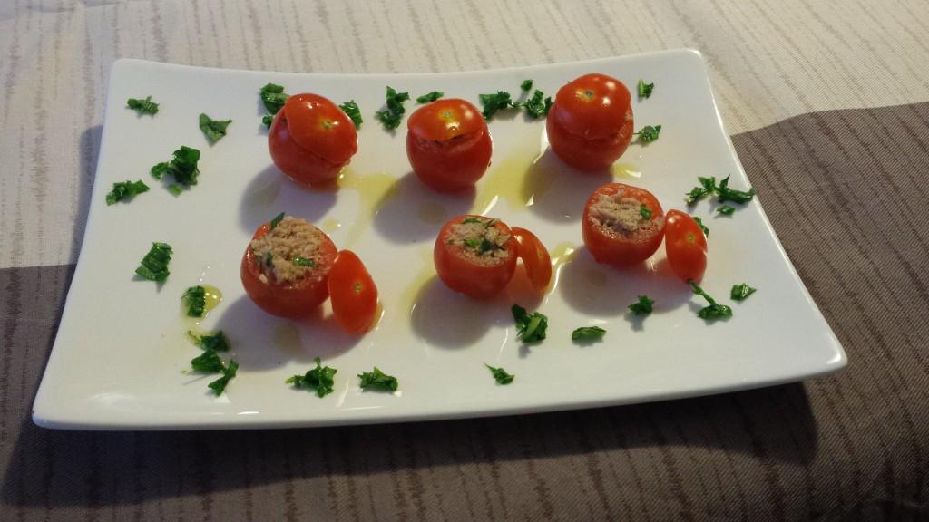 Pomodorini ripieni di tonno, rucola e certosa