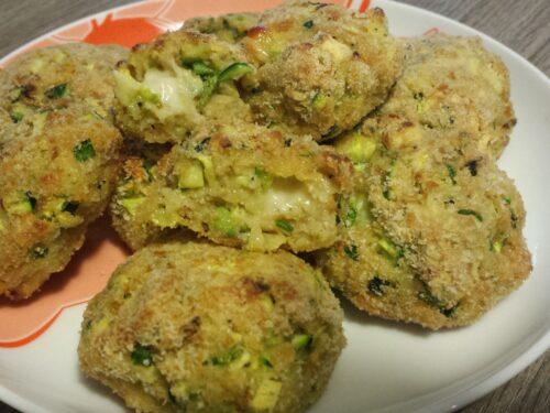 Polpette di zucchine e fiori di zucca cotte al forno
