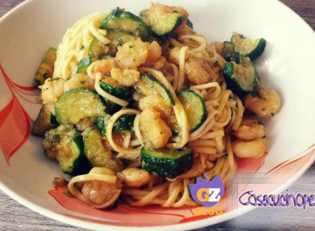 Noodles con gamberetti e zucchine