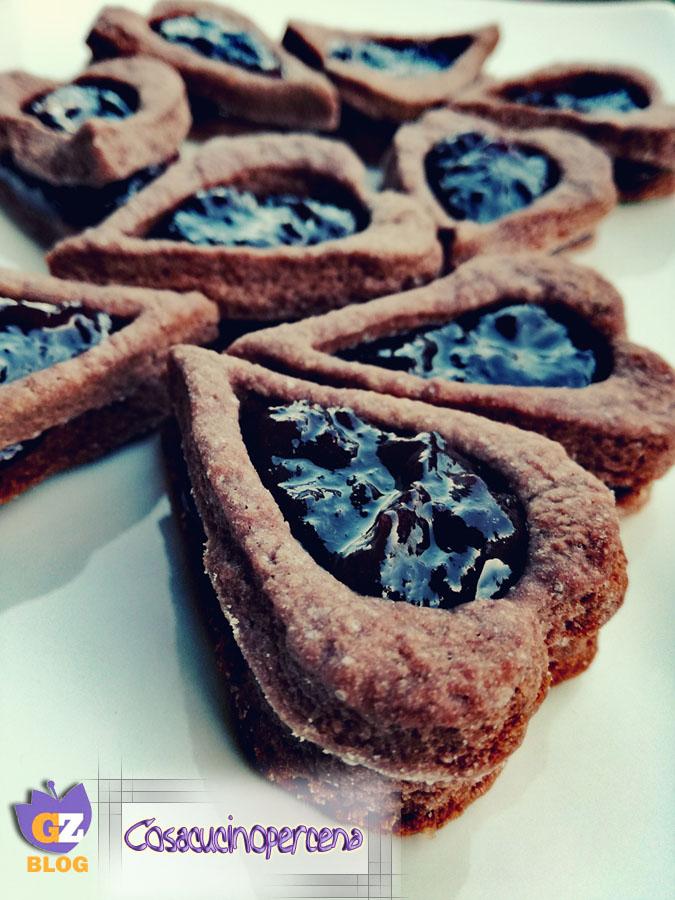 Biscotti cuori al cacao e more
