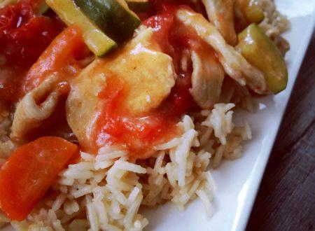 Pollo con verdure alla paprika su letto di riso pilaf