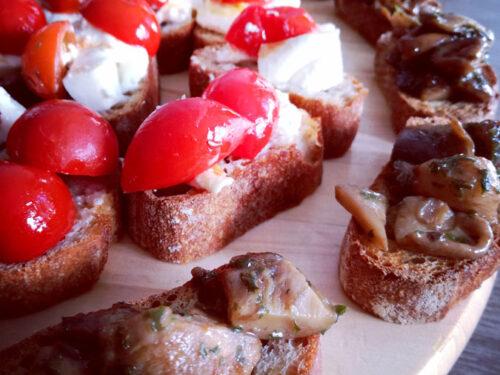 Bis di bruschette (burrata e pomodorini caramellati e funghi trifolati)