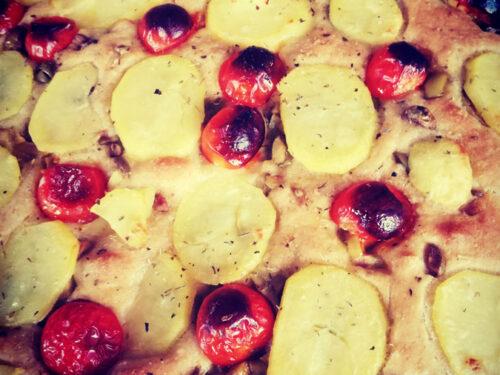 Focaccia barese con pomodorini, patate ed olive verdi