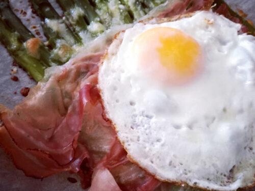 Asparagi gratinati con uova e speck