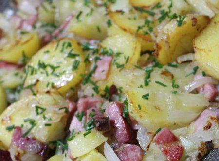 Patate arrostite con cipolla e speck filanti