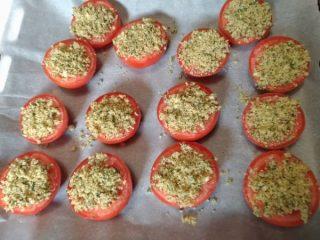 cospargere gratinatura sui pomodori