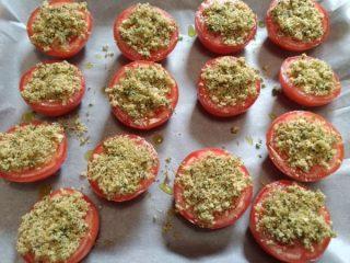 ungere i pomodori gratinati e infornare
